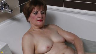 Granny chick raisha playing likes bathing games