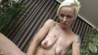 Blonde modne fingre herself