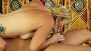 Blonde pornstar doen 'n 69 met 'n horny dude in 'n massage tafel