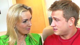 Blonde mummy tanya tate uses her fascinating experience to seduce young bill bailey