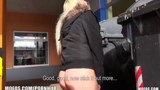 Speelse blonde amateur is opgetel en fucked in die parkeerterrein