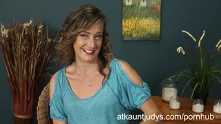 Mature mummy cindi strips down her clothes!